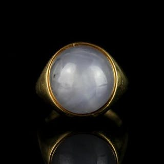 18CT CABACHON STAR SAPPHIRE SIGNET RING.sapphire estimated 13x13 mm