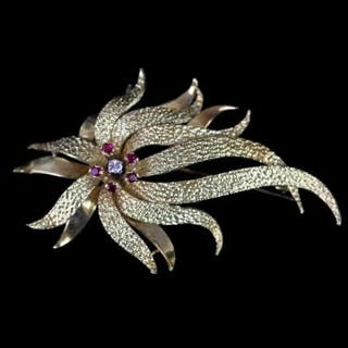 18CT FIRE BROOCH SET WITH CENTRAL DIAMOND AND FOUR RUBIES.diamond