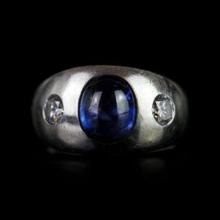 14K CABOCHON SAPPHIRE AND DIAMOND RING WITH DIAMOND EITHER SIDE, sapphire