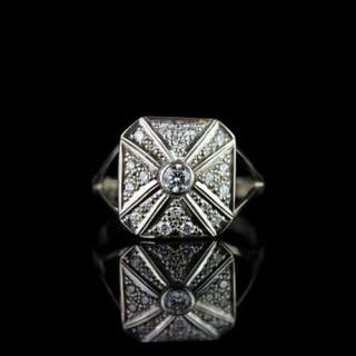 Diamond cluster ring, set with 1 round brilliant cut diamond totalling