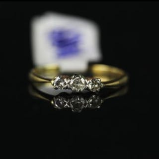 18CT THREE STONE DIAMOND RING,estimated total weight 0.15ct old cuts,stamped