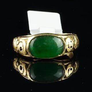 Rare Chinese jade ring, oval green jade measuring 10.8 x 7.22mm, with
