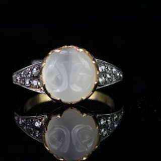 Moonstone and diamond ring, 1 moonstone set to the centre, total of