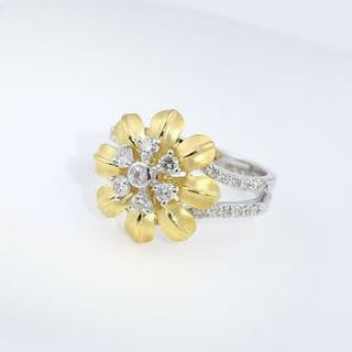 IGI Certified 18 K/750 Yellow Gold Designer Diamond Ring...