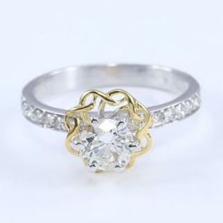 18 K / 750 White and Yellow Gold Solitaire Diamond Ring with side Diamonds
