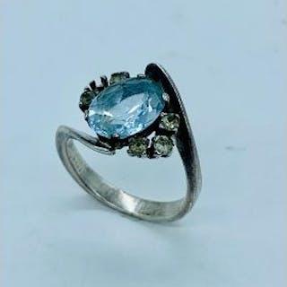 Antique aquamarine ring with diamond shoulders core (one diamond missing)
