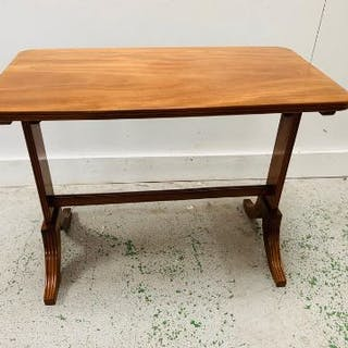 Side table with stretcher and sabre legs (H55cm L71cm D38cm)