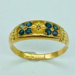 An 18ct yellow gold ring with small sapphires (2.45g)