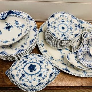 A volume of Royal Copenhagen Blue and White dinner service to include