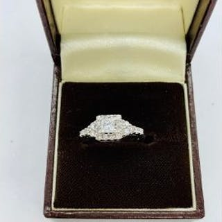An 18ct white gold diamond set art deco style ring of 1ct approx.