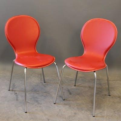 Balla stolar i metall och röd konstläder