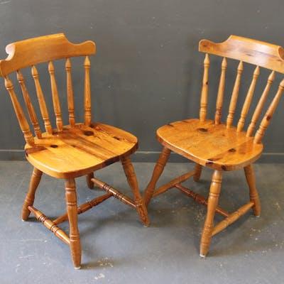 Två Stolar i Furu
