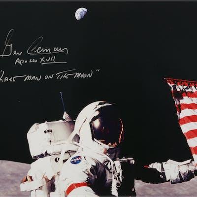 [APOLLO 17]. GENE CERNAN SETTING UP THE FINAL LUNAR FLAG. COLOR PHOTOGRAPH