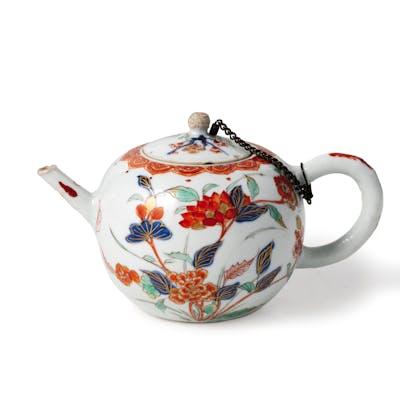 A CHINA PORCELAIN TEAPOT, 18TH CENTURY; WORN, FEW MINOR LOSSES, KNOB