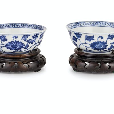 A SMALL PAIR OF BLUE AND WHITE PORCELAIN BOWLS, CHINA, 20TH CENTURY