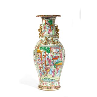 A NICE PAIR OF FAMILLE ROSE PORCELAIN VASES CANTON, CHINA, 19TH CENTURY (2)