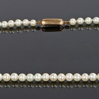 18 carat gold and pearl necklace