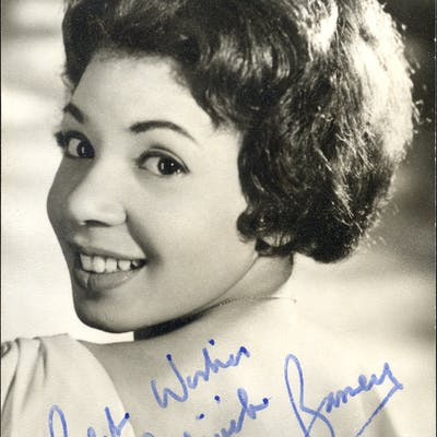 BASSEY, SHIRLEY Welsh singing star - signed vintage photograph