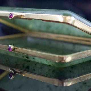 A SMALL BELLE EPOQUE GOLD SAPPHIRE & CARBUCHON CASE