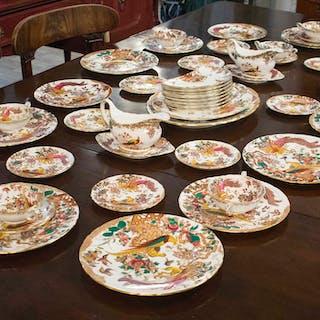 ROYAL CROWN DERBY 'OLDE AVESBURY' PATTERN DINNER SERVICE