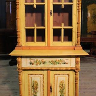 Osteuropäische Vitrine aus handbemaltem Holz
