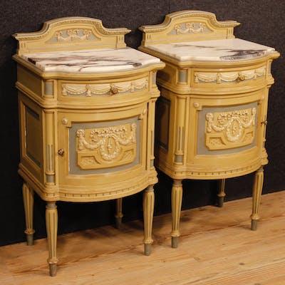 Paar italienische lackierte Nachttische Marmorplatte Louis XVI-Stil