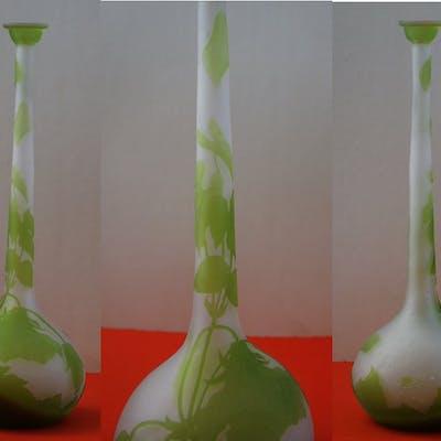Émile GALLE - Vase en pate de verre à décor de liseron, signé, 32cm - Nancy