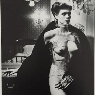 Helmut NEWTON - Jane Kirby, Avenue Kleber, Paris 1977