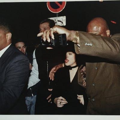 Francis APESTEGUY - Madonna protégée par ses gorilles (1992)