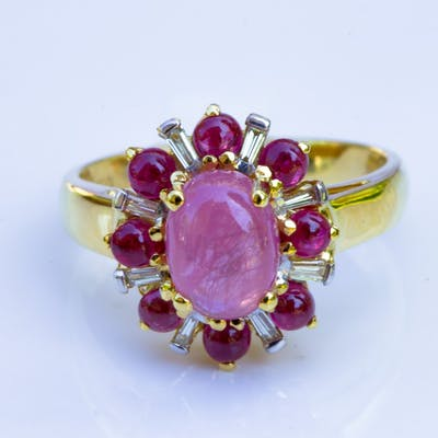 BAGUE en Or Jaune  750 ( 18 Kt )  RUBIS Cabochon et  DIAMANTS calibrés