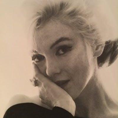 Bert Stern - Marilyn in the black dress looking at you, très grand