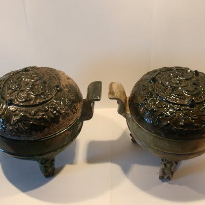 Chine, Dynastie Han, Paire de vases tripodes Ding