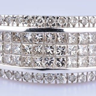 Bague en Or Blanc 18 ct ( 750/1000)  33 diamants Princesse à 0,56