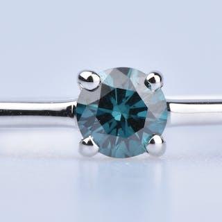 Bague solitaire en Or Blanc 18 ct (750/1000). 1 diamant fancy blue 0,21 ct.