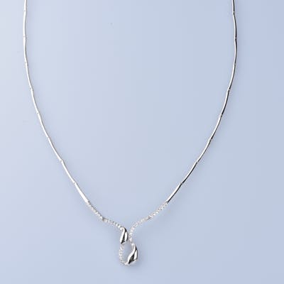 Collier en Or  blanc 18 ct (750/1000).  42 oxydes 0,42 ct.