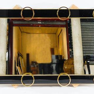 Un miroir en verre noir et garniture laiton