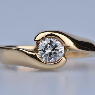 Bague en or 18ct (750 millièmes) ornée d'1 diamant rond brillant 0.42ct