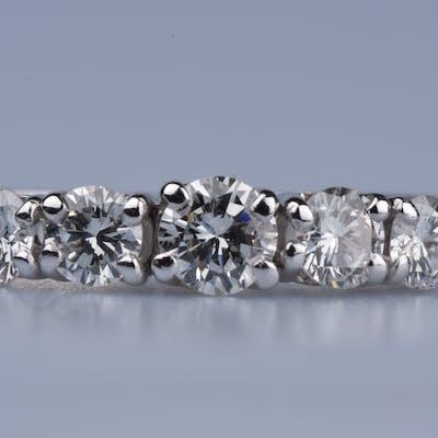 Bague en or blanc 18ct (750 millièmes), ornée d'1 diamant rond brillant