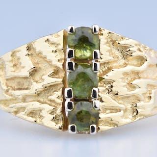 Bague en or jaune 18 ct ( 750/1000), ornée de 3 topazes ronds kiwi 0.06ct