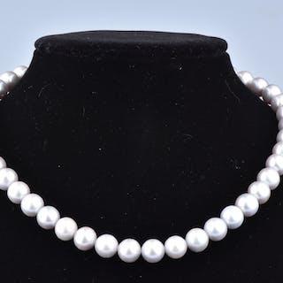 Magnifique collier orné de 47 perles grises AA+, et d'un fermoir en or.