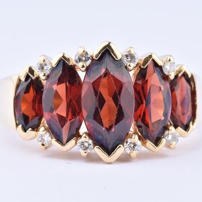 Magnifique bague en or 18 carats (750 millièmes), composée de 5 magnifiques