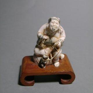Netsuke En Ivoire. Daikoku Et Son Rat. Japon fin époque Meiji