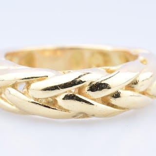 Bague en or jaune 14 carats (585 millièmes) motif maille palmier.
