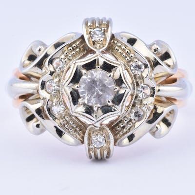 Belle bague en or bicolore 18 carats (750 millièmes) ornée de 9 oxydes.