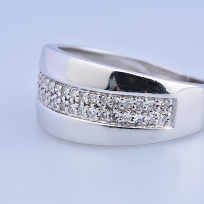 Bague en or blanc 18 carats (750 millièmes) ornée de 42 diamants de