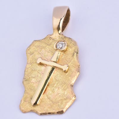 Pendentif parchemin décoré d'une épée en or jaune 18 carats (750 millièmes)
