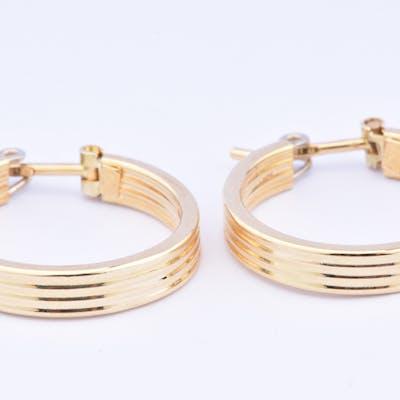 Belle paire de boucles d'oreilles créoles rondes en or 18 carat (750 millième).