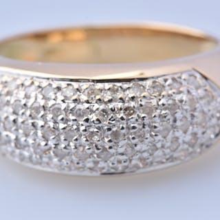Belle bague en or bicolore 18 carats (750 millièmes) composée de 57