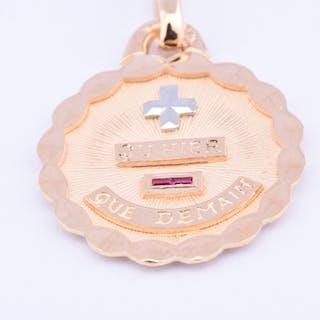 Médaille de la Maison AUGIS en or bicolore 18 carats (750 millièmes) et rubis