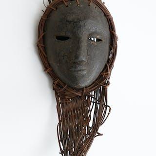 Intéressant masque de grade présentant un visage